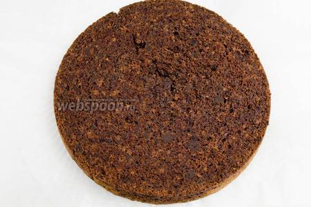 Пока корж немного тёплый, его нужно пропитать. Полить по всей поверхности коржа смесью рома с вишнёвым сиропом.