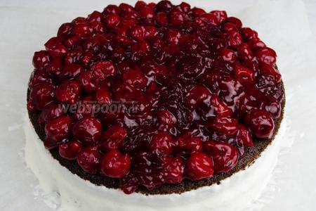 Поверх торта выложить вишнёвую начинку. Поставить торт в холодильник на 30 минут.