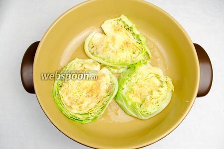 Добавить 3 ст.л. подсолнечного масла, аккуратно обжарить отбивные из капусты.