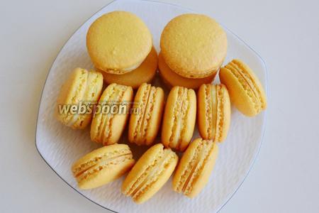 Оставьте готовые macarons на сутки в холодильнике. Вкуснее всего они на второй и третий день после приготовления. Вon appetit!