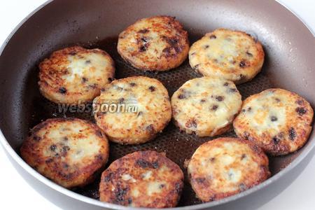 Обжариваем сырники с двух сторон в подсолнечном рафинированном масле до получения золотистой корочки.