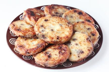 Готовые сырники выкладываем на тарелку и подаём на десерт.