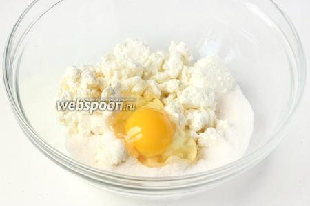 Также вбиваем в миску куриное яйцо.