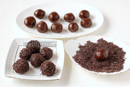 Обвалять шарики со всех сторон в шоколадной посыпке.