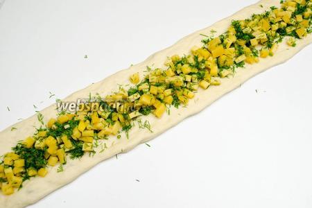 Первую полосу наполнить сырной начинкой.