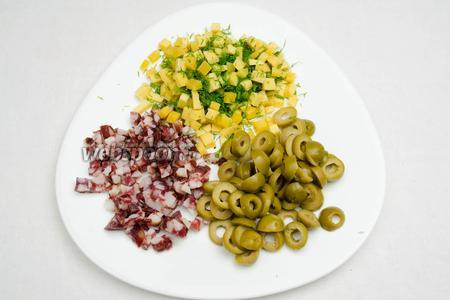 Тем временем подготовить начинку. Нарезать кольцами маслины, мелким кубиком колбасу, сыр (к нему добавить резаный укроп).