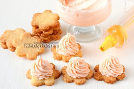 Охладить печенье. С помощью кулинарного шприца (насадка «звёздочка») выдавить зефирный крем в центр заготовки горкой.