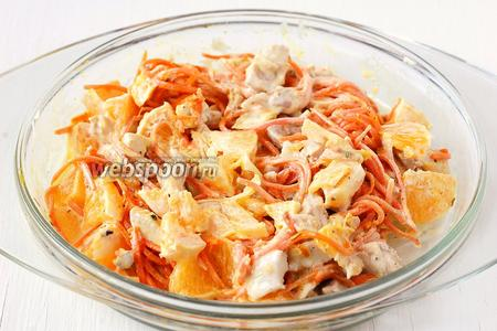 Перемешать, посолить и поперчить по вкусу. Дать настояться салату в холодильнике 5-10 минут.