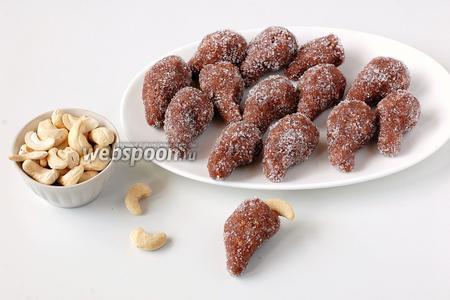 В верхушку пирамидки каждой конфеты вставить орех кешью.