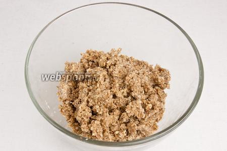 Добавить в орехово-овсяную смесь 1/4 части финикового пюре и оливкового масла, тщательно всё перемешать.