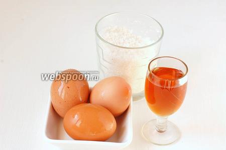Для приготовления сабайона нам понадобятся яйца, сахар, вино.