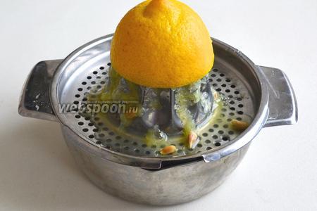 Выдавите сок из лимона — нам понадобится 2 ст. л.
