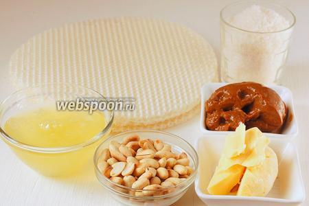 Для приготовления вафельно-арахисового торта нам понадобится жареный арахис, 5 белков куриных яиц, сахар, масло сливочное, варёное сгущённое молоко.