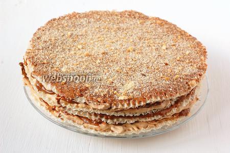 Соединить двойные коржи между собой слоем крема. Верх торта смазать кремом и посыпать вафельной крошкой. Лучше, чтобы торт пропитался 2-3 часа.
