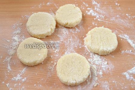 Мокрыми руками лепим шарики, которым с помощью ножа придаём форму биточков на присыпанном мукой столе.
