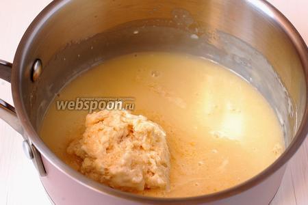 Для приготовления мусса из белого шоколада растопить белый шоколад и масло. Добавить 1/3 массы набухшего желатина. Нагреть до растворения желатина, постоянно помешивая.