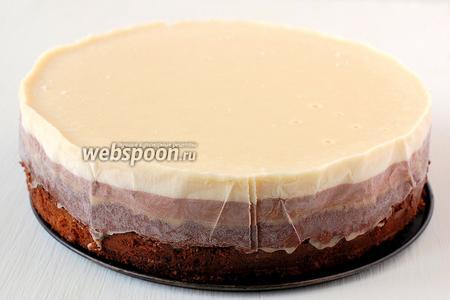 Перед подачей вынуть торт из морозильника за 15 минут до подачи. Снять фольгу. Такой торт  буде похож на торт-мороженое Торт можно и не хранить до подачи в морозильнике, а держать в холодильнике, тогда он будет нежным и мягким.