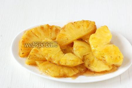 Выложить закарамелизованный ананас на тарелку.