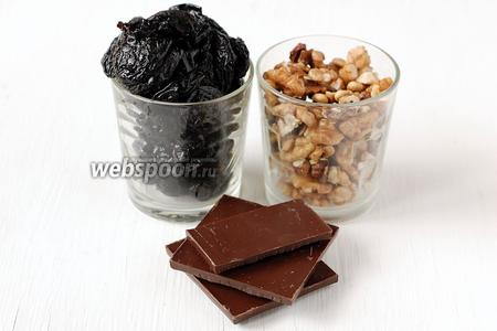 Для приготовления конфет «Чернослив в шоколаде» нам понадобится чернослив, грецкие орехи и чёрный шоколад.