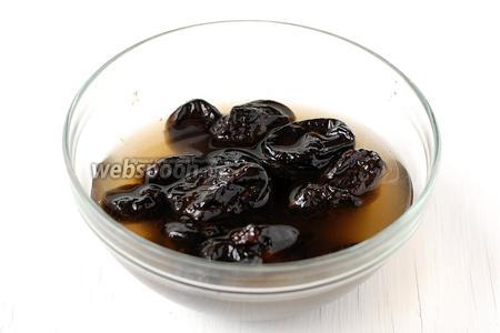 Чернослив помыть и замочить в горячей воде на 10 минут.
