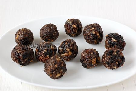 С образованной смеси скатать шарики величиной с маленький грецкий орех. Поместить их в холодильник на 10 минут.