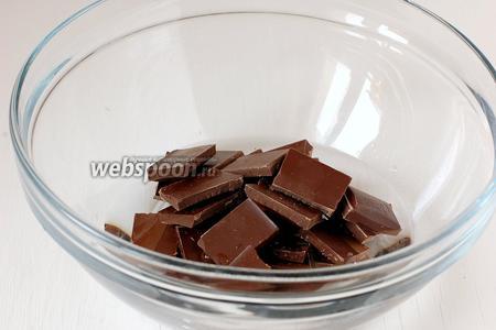 Соединить шоколад и воду.