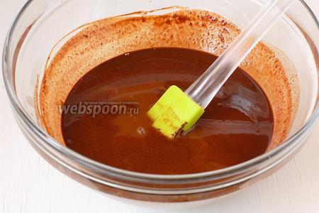 Охладить растопленный шоколад. Добавить коньяк. Поместить шоколадную массу в морозильную камеру на 1 час.