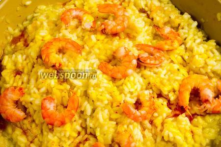 Залить остатками бульона с шафраном всю поверхность риса. 30 секунд подержать на огне. Сковороду снять. Оставить ризотто на 1 минуту отдохнуть.
