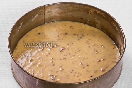 Выливаем 1/3 всего теста на предварительно смазанную маргарином или подсолнечным маслом и посыпанную мукой форму для коржей. Затем выпекаем корж в духовке 20-25 минут при температуре 180°C. Всего должно получиться 3 коржа.