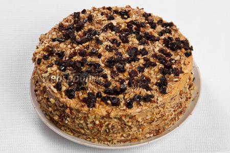 Сверху торт можно украсить измельчёнными орехами с черносливом. Ставим торт в тёплое место часов на 6, чтобы он пропитался. Торт готов!