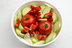 Овощи вымыть. Перец почистить. Кабачок и перец нарезать кусками. Выложить подготовленные овощи в кастрюлю для приготовления продуктов на пару.