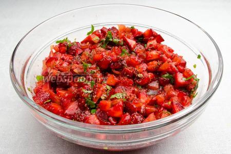 Готовый соус сальса из ягод подавать к столу на обед или ужин в виде салата, на жареных тостах, в порционных бокалах.
