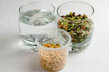 Чтобы приготовить гороховую кашу, нужно взять горох дроблёный зелёный с пряностями и сушёными овощами, жёлтый горох, воду, соль, оливковое масло.