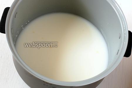 Влить в чашу молоко и воду.