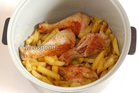 По истечении 30 минут мультиварку открыть и перемешать содержимое таким образом, чтобы теперь на дно чаши попал картофель .Закрыть мультиварку и готовить оставшиеся 20 минут.