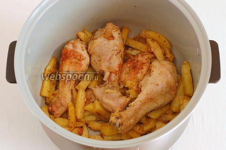 Картофель с курицей в мультиварке готов.