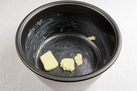 Внутренние стенки чаши мультиварки (у меня мультиварка Panasonic)  смазать кусочком сливочного масла. Оставшееся масло на дне.
