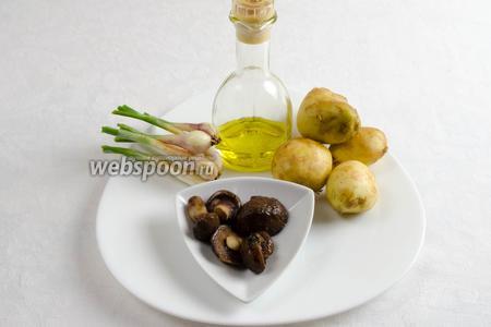 Чтобы приготовить блюдо, нужно взять картофель, мороженые грибы, лук репчатый (у меня был молодой), соль, оливковое масло.