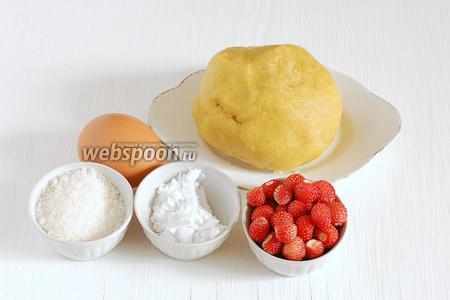 Для приготовления тарталеток с заварным кремом нам понадобится заранее подготовленное  рубленое тесто , яйцо, молоко, землянику, сахар, крахмал.