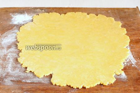 Тесто раскатать на подпылённой мукой толщиной в 2 мм доске .