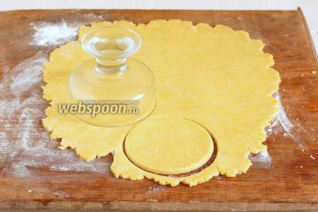 Вырезать кружки нужного диаметра.