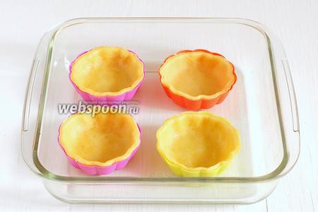 Формочки для тарталеток смазать  и выложить в них тесто. Поставить выпекаться 15-17 минут при 180°С.