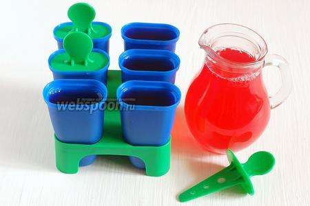 Перелить сорбе в формочки для мороженого или любые пластиковые стаканчики. Поставить в морозильную камеру на 6-8 часов.