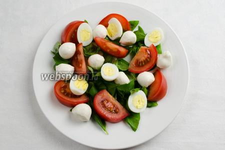 Разложить нарезанные половинки перепелиных яиц.