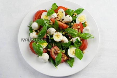 Посыпать салат душистым перцем и кедровыми орешками. Подавать салат к праздничному столу.