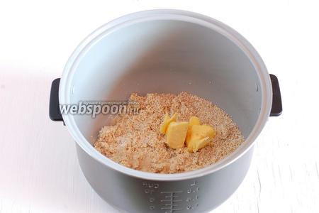 Добавить соль и сливочное масло.