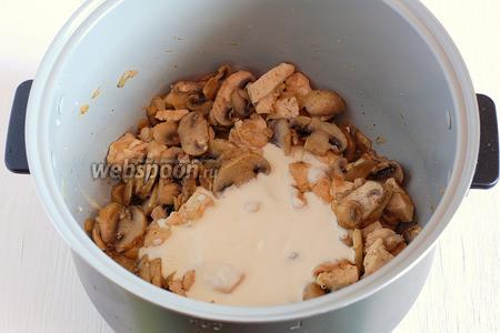 Добавить в чашу сметану с мукой. Перемешать, готовить 3-4 минуты.
