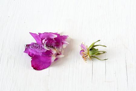 Каждый цветок розы взять в левую руку. Правой отделить чашелистки.