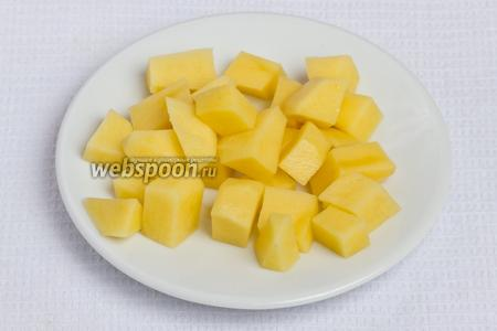 Чистим и нарезаем картошку кубиками.