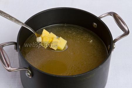 Далее кладём картошку в бульон и варим его 15 минут.